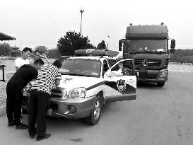 商洛破获买卖植物检疫证木材运输证案 涉案98人其中68人被抓.jpg