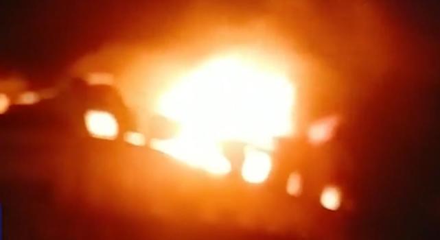 突发!广东木材市场发生火灾,火苗窜了几层楼高,现场画面曝光.jpg