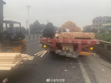 """司机转弯太快甩掉货物,蜀黍化身""""搬木材的大男孩"""".jpg"""