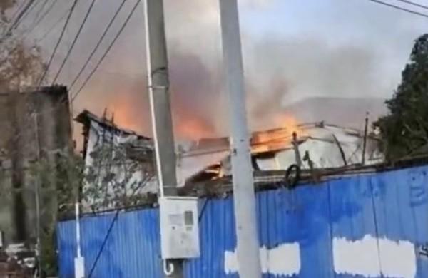 浦东新场镇木材厂发生大火 无人员伤亡.jpg