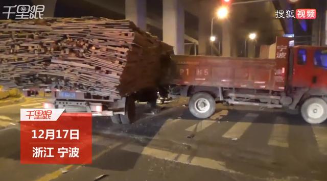 满载木材的货车追尾 两人被困.png