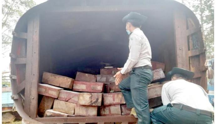 缅甸一辆油罐车内藏大量花梨木被举报!.png